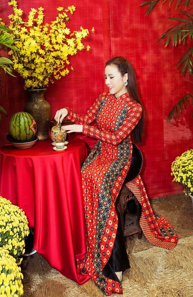 Người đẹp chuyên hàng hiệu dịu dàng trong tà áo dài Tết