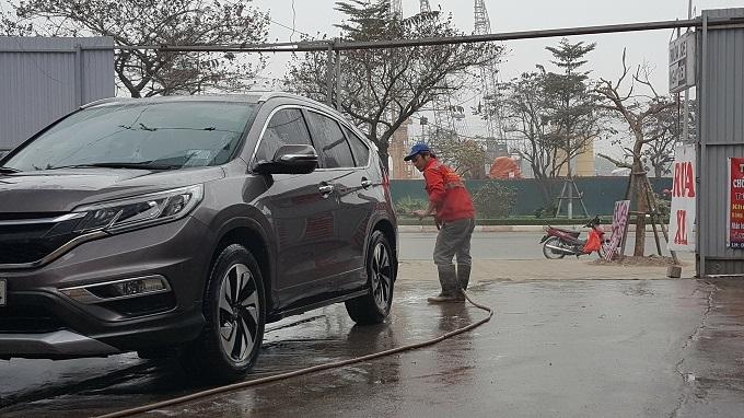 Ngày 30 Tết: Rửa xe 200 nghìn đồng/lượt, khách vẫn ùn ùn xếp hàng - ảnh 4