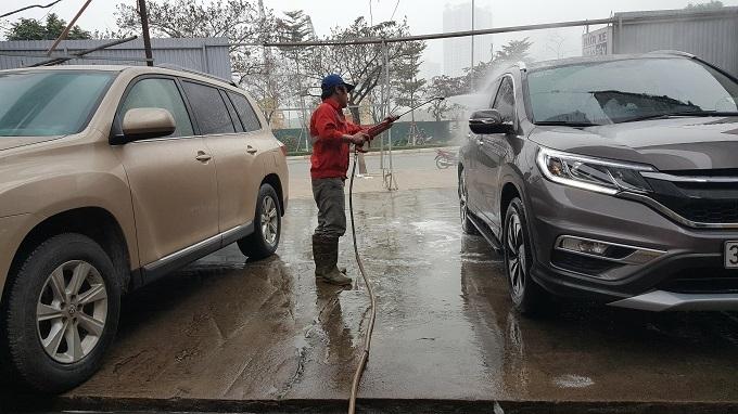 Ngày 30 Tết: Rửa xe 200 nghìn đồng/lượt, khách vẫn ùn ùn xếp hàng - ảnh 5