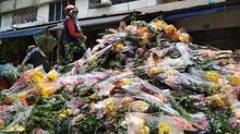 Hoa chất thành 'núi', đổ bỏ bên đường ngày 30 Tết ở Sài Gòn