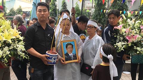 Con gái và nghệ sĩ đưa tiễn nghệ sĩ Nguyễn Hậu về nơi chín suối