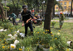 Chợ 30 Tết; Hiu hắt khách mua, chủ hàng đổ hoa xuống sông - ảnh 19