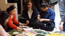 Du học sinh Việt khắp nơi gói bánh chưng đón Tết