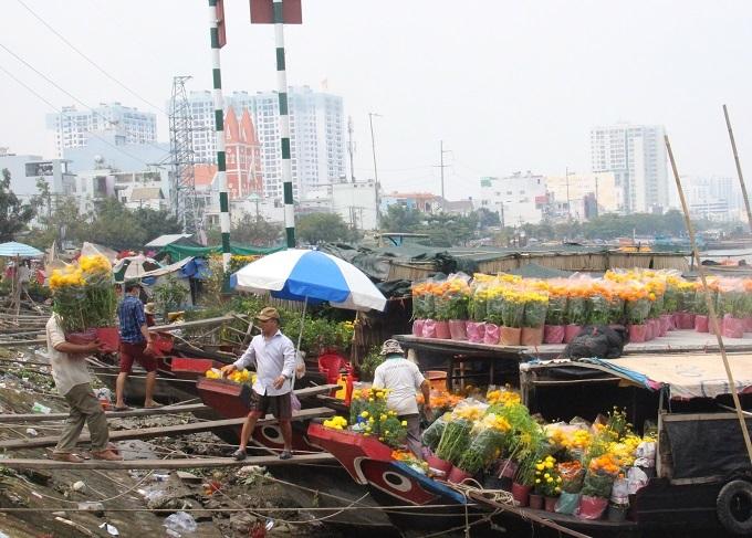 Chợ 30 Tết; Hiu hắt khách mua, chủ hàng đổ hoa xuống sông - ảnh 13