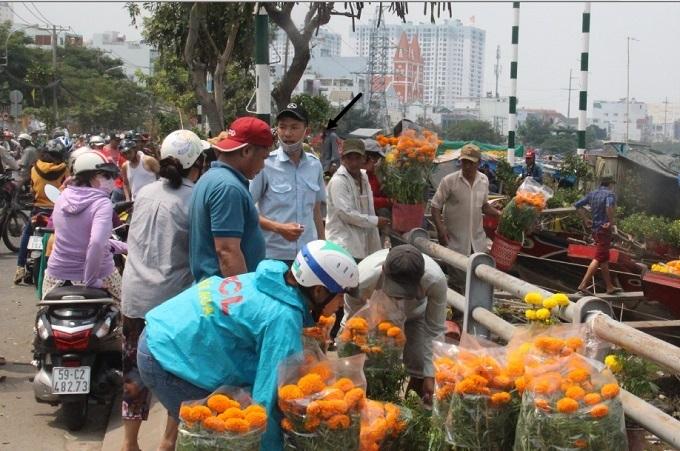 Chợ 30 Tết; Hiu hắt khách mua, chủ hàng đổ hoa xuống sông - ảnh 14