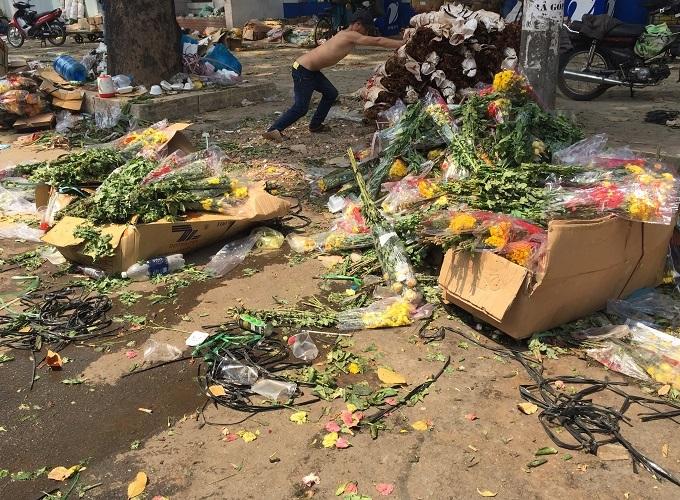 Chợ 30 Tết; Hiu hắt khách mua, chủ hàng đổ hoa xuống sông - ảnh 18