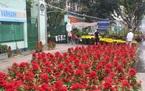 Chợ 30 Tết: Hiu hắt khách mua, chủ hàng đổ hoa xuống sông