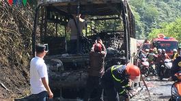 Xe chở 29 du khách nước ngoài cháy gần đỉnh đèo Hải Vân