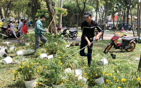 Hàng trăm chậu hoa bị đập bỏ ở chợ hoa lớn nhất Sài Gòn