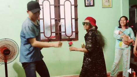 Ali Hoàng Dương và bà ngoại 80 tuổi nhảy Con bướm xuân