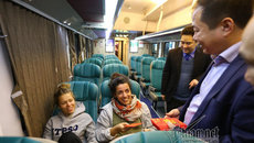 Cô gái nước ngoài bất ngờ được lì xì trên chuyến tàu cuối năm