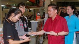 Bộ trưởng GTVT lì xì hành khách tại Tân Sơn Nhất đêm 30 Tết