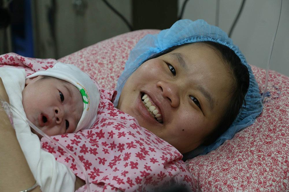 Bé trai chào đời đúng giao thừa nặng 3,4kg