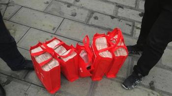 Người phụ nữ xách 5 túi tiền 12 tỷ về Tết, được cảnh sát hộ tống