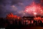 Thế giới khoác sắc đỏ đón Năm mới
