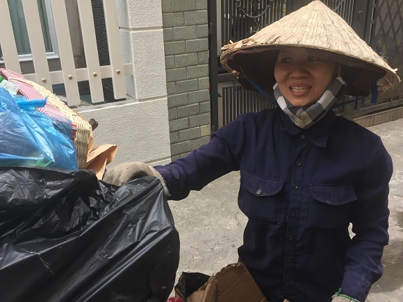 Chuyện chàng sinh viên đẩy xe rác trong hẻm nhỏ chiều 30 Tết
