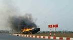 Xế hộp Audi lao lên vòng xuyến phơi bụng cháy rụi