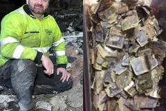 Công nhân vệ sinh nhặt túi rác, mở ra thấy 200 triệu