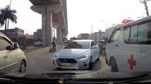 Ô tô ngang ngược đối đầu các phương tiện để thoát ùn tắc