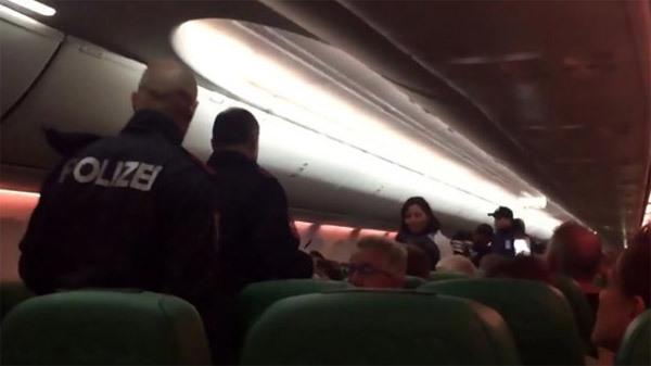 Máy bay hạ cánh khẩn vì nguyên nhân 'có một không hai'