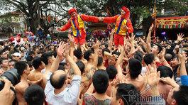 Nghẹt thở cảnh trai tráng cởi trần rước quan đám giả gái ở Đồng Kỵ
