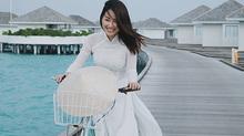 MC Quỳnh Chi mặc áo dài trắng đạp xe chở nón lá ở thiên đường du lịch