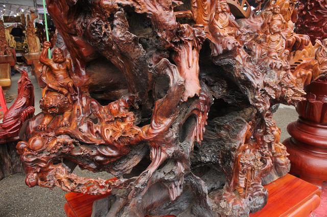 Chiêm ngưỡng gỗ lũa 'siêu khủng' tạc 18 vị La Hán của đại gia Hải Dương