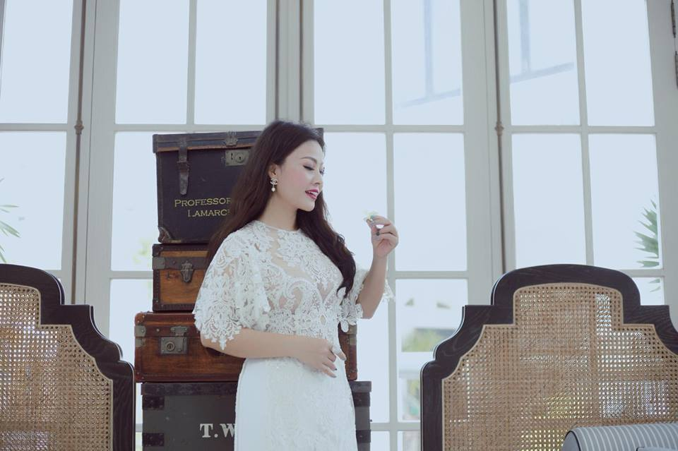 Vợ ca sĩ Đăng Dương khoe vẻ quyến rũ trong váy ren trắng