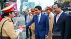 Chủ tịch HN Nguyễn Đức Chung lì xì nữ cảnh sát giao thông