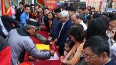 Người dân tấp nập xin chữ đầu năm tại đình thờ nhà giáo Chu Văn An