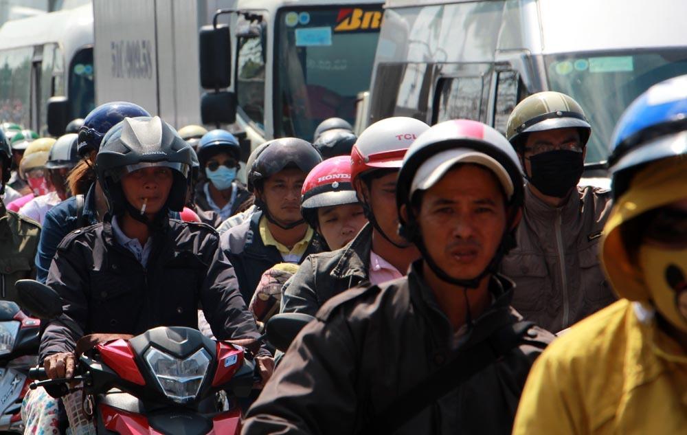 Người dân ùn ùn trở lại Sài Gòn dưới nắng nóng 36 độ C