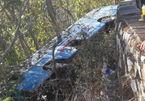 Xe chở khách viếng chùa lao xuống vực, cheo leo bên vách núi