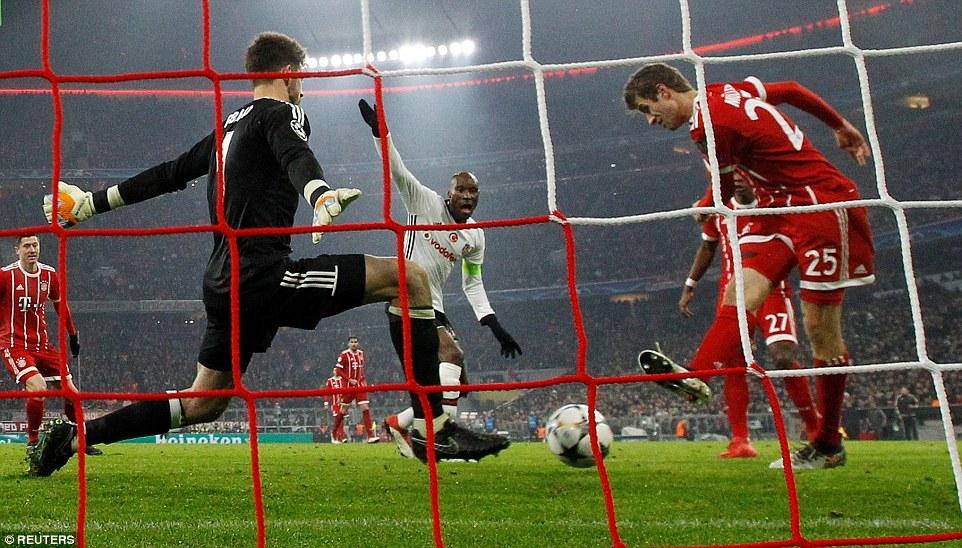Thắng '5 sao', Bayern đặt một chân vào tứ kết