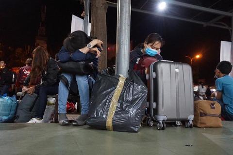 Trở lại Sài Gòn sau Tết, hành khách vật vờ giữa bến xe lúc 2h sáng