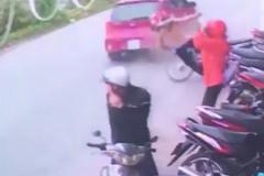 Dừng xe giữa đường, cô gái bị ô tô tông bay người