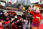 Dân Trung Quốc chen nhau sờ đĩnh vàng lấy may ngày Thần Tài