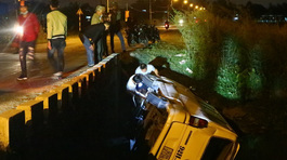 Tranh nhau qua cầu, xe khách bị hất văng xuống nước
