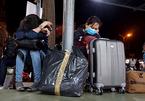Trở lại Sài Gòn sau Tết, hành khách ngủ gục giữa bến xe lúc 2h sáng