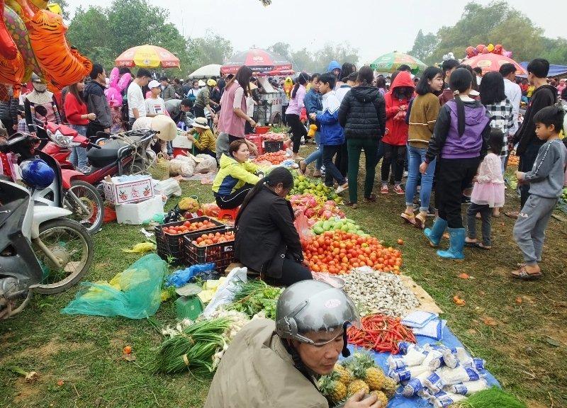 Độc lạ đi chợ mua cà chua ném nhau cầu may