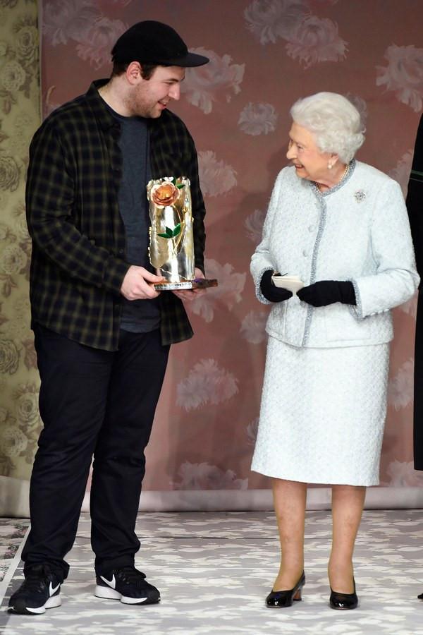 Nữ hoàng Anh ngồi hàng ghế đầu Tuần lễ thời trang London