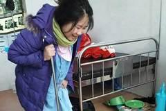 Bà mẹ trẻ 9x chống gậy tập đi sau sinh mổ