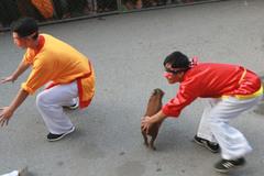 Những pha hài hước khi chơi trò bịt mắt bắt heo ở hội chùa Hương
