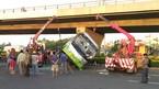 Gần chục người kêu cứu trong xe khách bị lật ở Sài Gòn