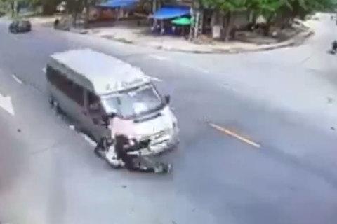 Qua đường không quan sát, người đi xe máy bị ô tô tông văng