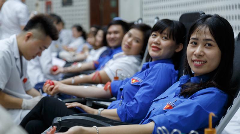 Viện trưởng cùng hơn 2.000 bác sĩ tham gia hiến máu