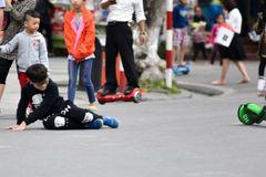Bé trai ngã dập cổ, ngất xỉu khi chơi xe trượt điện