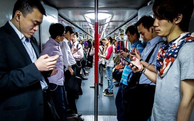 Cấm con cái, nhưng chính bố mẹ cũng nghiện smartphone