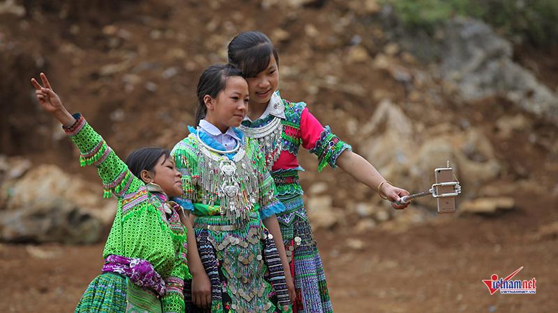 Xúng xính váy áo, thanh nữ H'Mông dùng 'gậy tự sướng' chơi xuân
