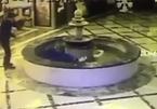 Cắm mặt vào điện thoại, người đàn ông đâm đầu vào đài phun nước