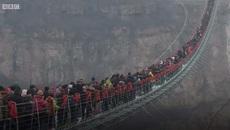 Xem dân chúng chen chúc trên cầu kính dài nhất thế giới0